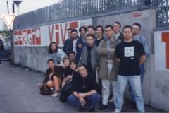 """Militanti del Fronde della Gioventù di Torino vicino al murales """"Sergio Vive"""" in via Ramelli"""